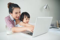 女实业家有工作在估计的小孩的母亲妇女 免版税库存照片