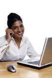 女实业家服务台微笑 免版税图库摄影