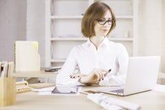 女实业家服务台膝上型计算机使用 图库摄影