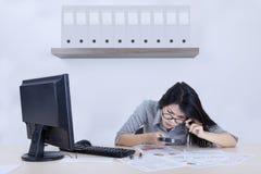 女实业家检查一张下降的图与放大器 免版税库存照片