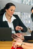 女实业家检查在她的手表的时间 免版税库存图片