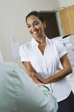 女实业家欢迎工友在办公室 免版税图库摄影