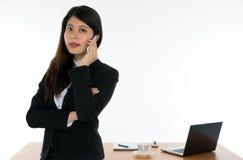 女实业家武装横渡和使用巧妙的电话 免版税库存图片