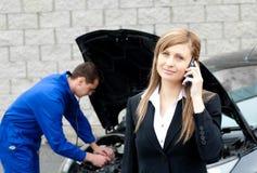 女实业家汽车人修理 免版税库存图片