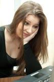 女实业家沮丧的年轻人 免版税库存照片