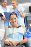 女实业家牙医护士核对牙齿诊所 免版税图库摄影