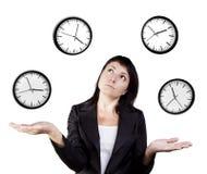 女实业家玩杂耍的时钟。 时间玩杂耍的操作。 免版税库存照片