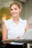 女实业家用咖啡&膝上型计算机 免版税库存图片