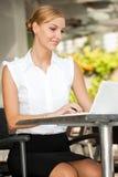 女实业家用咖啡&膝上型计算机 免版税库存照片
