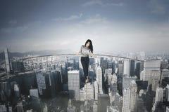 女实业家用在一个大城市的一根棍子 免版税库存图片