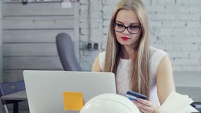 女实业家由买的左手拿着信用卡并且在家在网上购物 股票视频
