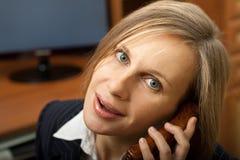 女实业家电话联系 免版税图库摄影