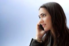女实业家电话聪明的联系的年轻人 免版税库存图片