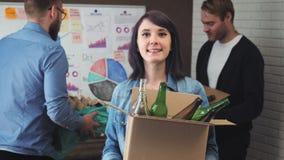 女实业家画象在有回收的材料办公室 股票视频