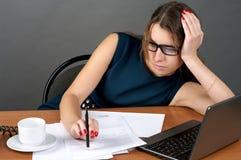 女实业家疲倦的工作 免版税库存图片