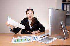 女实业家的图片有财政报告的 库存图片