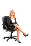 女实业家的纵向坐椅子 免版税库存图片