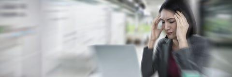 女实业家的综合图象有遭受头疼的膝上型计算机的 库存照片