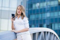 女实业家的画象谈话在手机 免版税库存图片