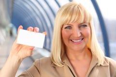 女实业家看板卡中年显示微笑 免版税库存照片