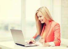 女实业家看板卡赊帐膝上型计算机 库存图片