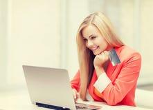 女实业家看板卡赊帐膝上型计算机 免版税图库摄影