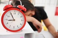 女实业家睡着了在办公室 图库摄影