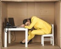 女实业家睡着在他的书桌在工作 库存照片