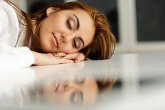 女实业家睡着的在办公室桌上 免版税库存照片