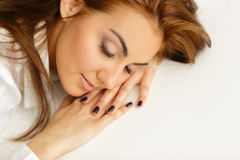 女实业家睡着的在办公室 免版税库存图片