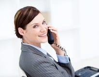 女实业家确信的服务台她的电话 免版税库存图片