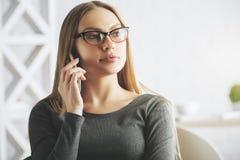 女实业家确信的电话 免版税库存照片