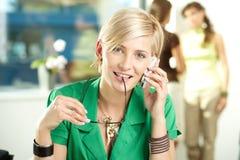 女实业家移动电话联系的年轻人 免版税库存照片