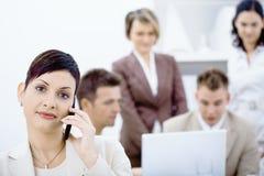 女实业家移动电话联系 免版税库存照片