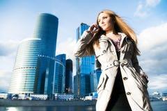 女实业家移动电话年轻人 免版税库存图片