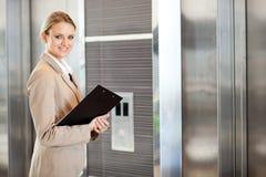 女实业家等待的电梯 库存照片