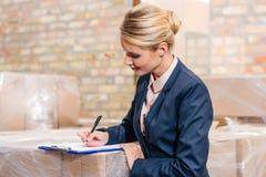 女实业家签署的文件 免版税库存图片