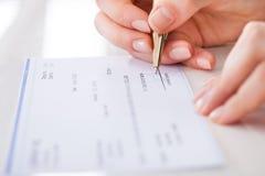 女实业家签署的钞票 免版税图库摄影