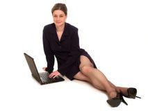女实业家膝上型计算机使用 免版税库存图片