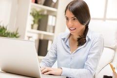 女实业家膝上型计算机工作 库存图片