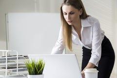 女实业家膝上型计算机工作 库存照片