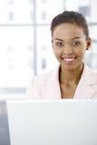女实业家膝上型计算机纵向使用 免版税库存图片