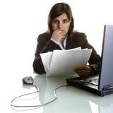 女实业家膝上型计算机纸张报表 免版税图库摄影