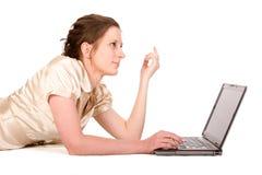 女实业家膝上型计算机运作的年轻人 免版税库存照片