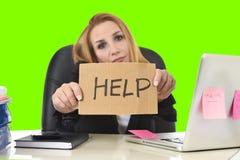 女实业家藏品帮助标志工作绝望在重音绿色色度钥匙 免版税库存图片
