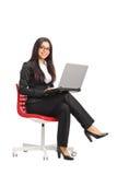 女实业家藏品膝上型计算机年轻人 免版税库存图片
