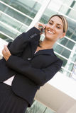 女实业家蜂窝电话户外电话身分 免版税库存照片