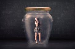 女实业家被关闭在玻璃瓶子概念里面 库存照片