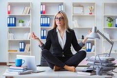 女实业家被挫败的思考在办公室 免版税库存照片