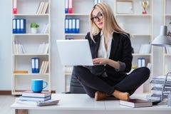 女实业家被挫败的思考在办公室 免版税库存图片